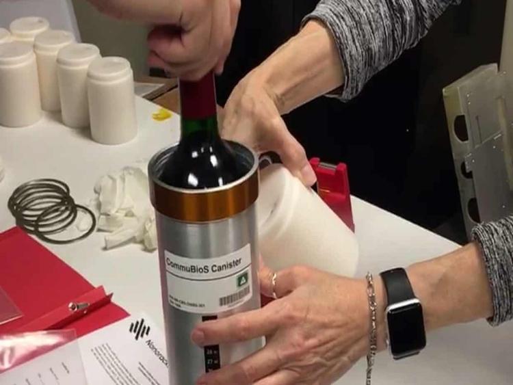 """Rượu vang Pháp """"ủ"""" trên vũ trụ 12 tháng chuẩn bị đáp xuống Trái đất"""