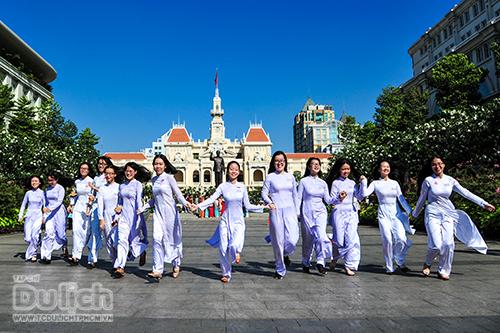 Rợp sắc màu Phố đi bộ Nguyễn Huệ với hàng ngàn tà áo dài rực rỡ - 1