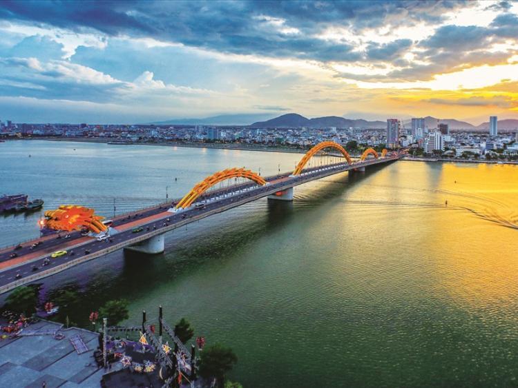 Văn Công Hùng tự lái xe xuyên Việt: Check-in thành phố của những cây cầu đẹp, lạ