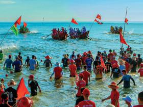 - Lễ hội đua ghe trên biển