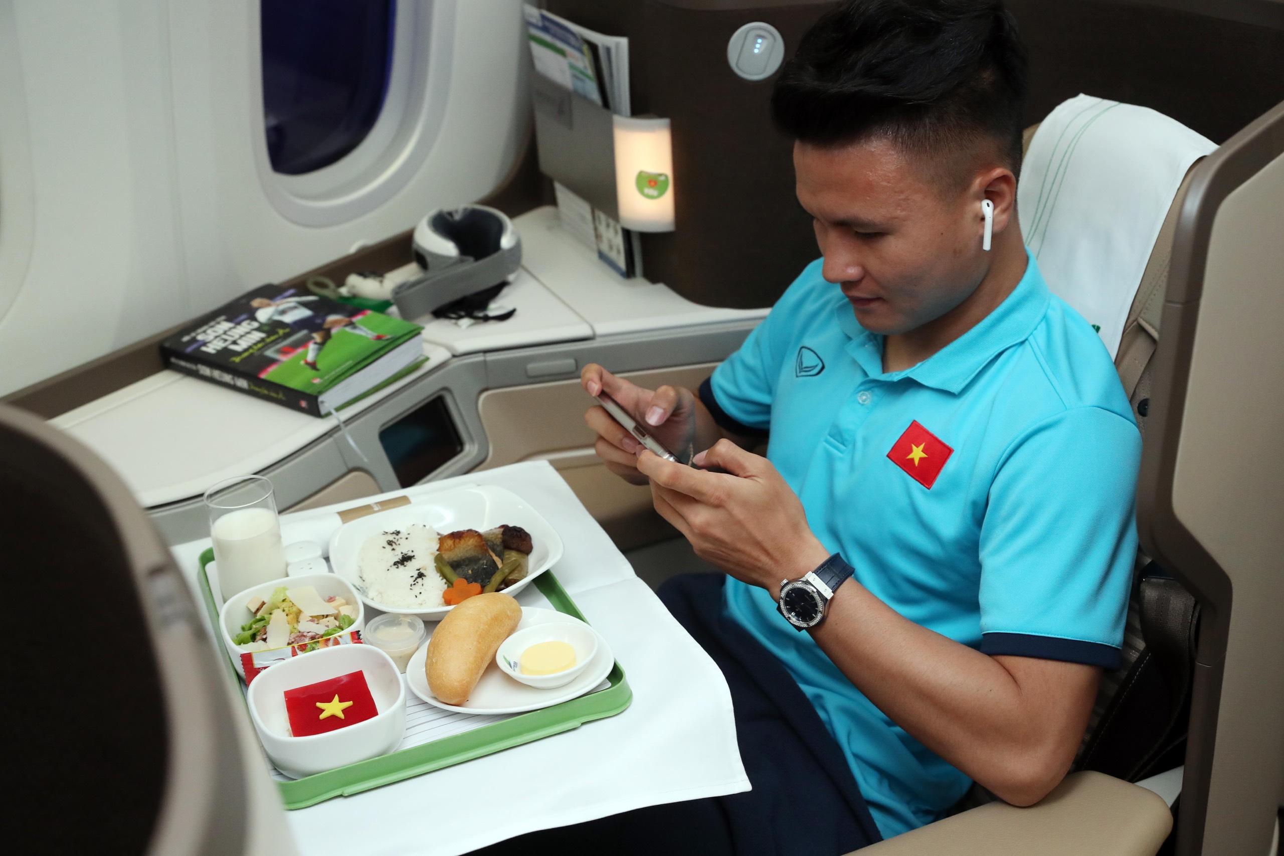 Thực đơn đặc biệt trên không dành cho tuyển Việt Nam sang UAE - 5