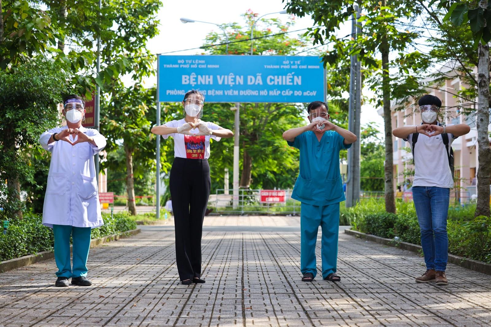 Nghệ sĩ trổ nghề tay trái tân trang nhan sắc cho y bác sĩ bệnh viện dã chiến - 9