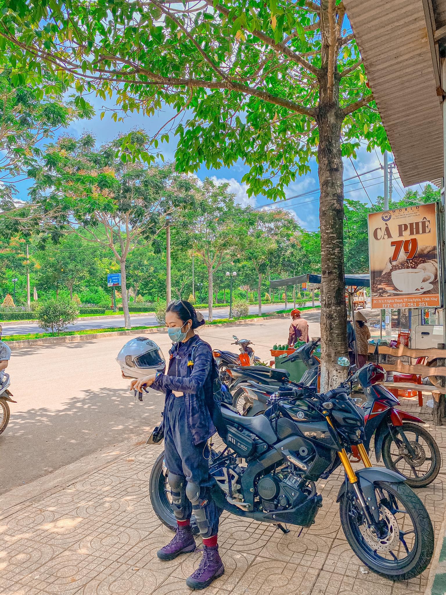 Cô gái trẻ thích đi phượt bằng xe côn - 2