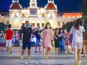 """- Người trẻ Sài Gòn """"vui như Tết"""" vì sắp được vi vu"""